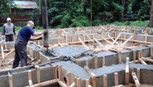 Заливка раствором бетона