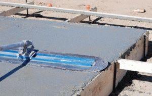 Заливка металлического каркаса фундамента бетоном
