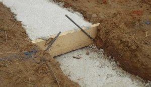 Заливка фундамента ленточного типа на склоне