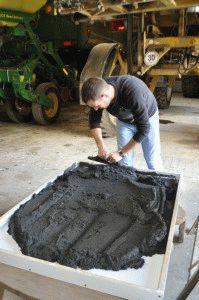 Замес бетона для фундамента
