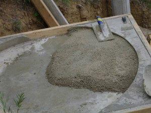Смешивание бетона для фундамента