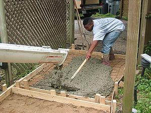Распределение бетона по поверхности основания