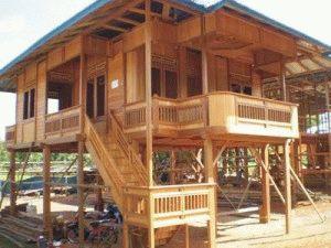 Деревянный дом на опорах