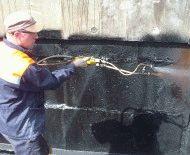 Нанесение жидкой гидроизоляции